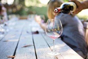 pouring-wine-1952051_1920-300x200.jpg