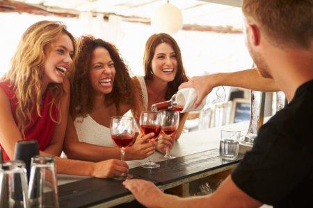 amigas-bebendo-vinho-e1570378688951-450x300.jpg