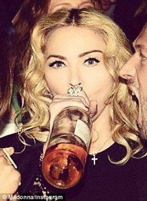 Madonna-bebendo-vinho-rosé-292x400.jpg